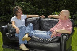 Paar, Mann, 35 Jahre, Frau, Typ, leger, T-Shirt, rasierte kurze Haare, mittellange Haare, gepflegt, Familie, Konzentration, konzentrieren, sitzt, sitzen, Garten, Sofa, Couch, Gespräch, sprechen, reden, Kommunikation